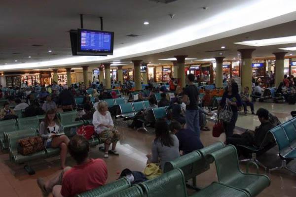Penumpang menunggu keberangkatan pesawat di ruang tunggu Bandara Adi Sutjipto Yogyakarta. Bisnis - Paulus Tandi Bone