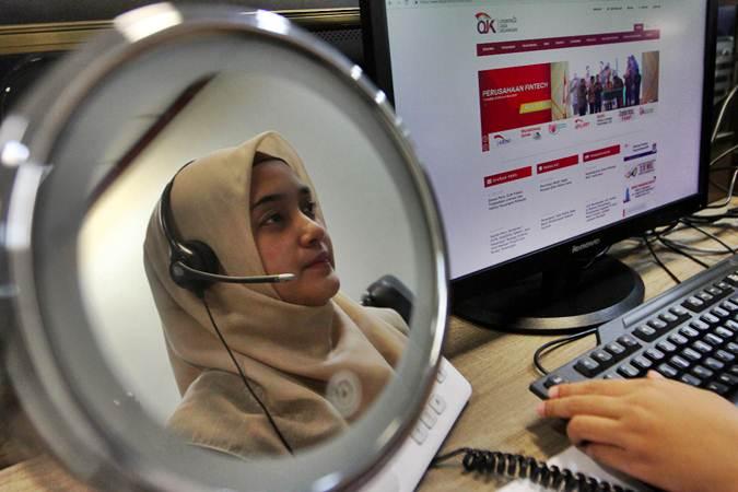 Karyawan menjawab telepon di Call Center Otoritas Jasa Keuangan (OJK) - Bisnis/Abdullah Azzam