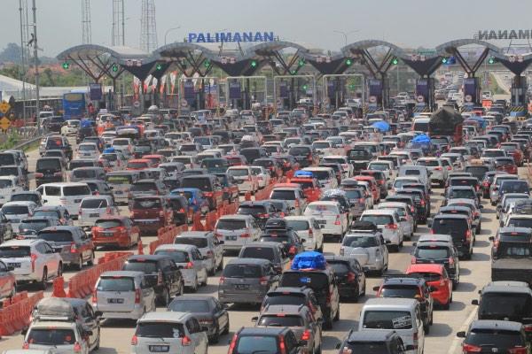 Kendaraan pemudik memadati pintu gerbang tol Cipali, Palimanan, Cirebon, Jawa Barat, Kamis (30/5/2019). Arus mudik di gerbang tol Cipali pada H-6 terpantau padat. - ANTARA FOTO/Dedhez Anggara