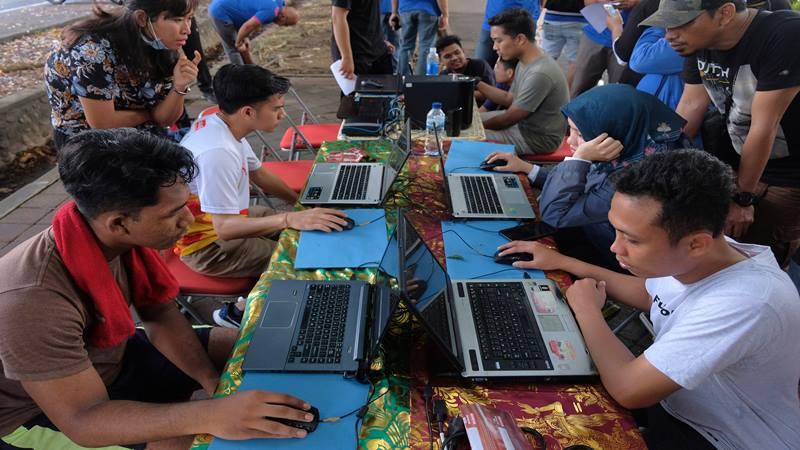 Warga mencoba menjawab soal saat mengikuti simulasi Computer Assisted Test (CAT) dalam sosialisasi seleksi CPNS 2019 pada hari bebas kendaraan, di Denpasar, Bali, Minggu (3/11/2019). - Antara