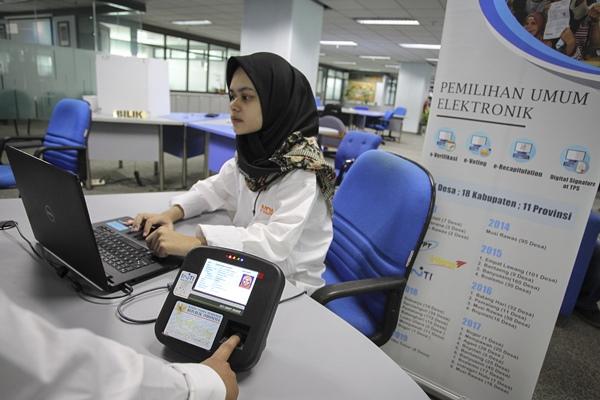 Petugas melakukan simulasi pemungutan suara secara elektronik (E-Voting). - Antara/Dhemas Reviyanto