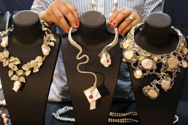 Pekerja menata kerajinan kalung yang dipajang pada Pameran Busana Batik (Batik Fashion Fair) di Grand City Surabaya, Jawa Timur, Rabu (27/11/2019). Pameran berbagai produk busana dan kain batik serta aksesoris busana wanita itu bertema 'Sustainable Fashion' dan berlangsung sampai 1 Desember 2019. - Antara/Didik Suhartono