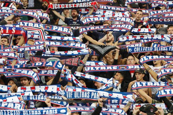 Suporter Paris Saint-Germain - Reuters/Charles Platiau