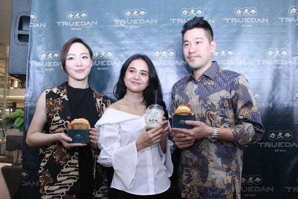 Michelle Ziudith (Selebriti) bersama dengan Kova dan Roan (Founder Truedan) / Dok. Truedan Indonesia