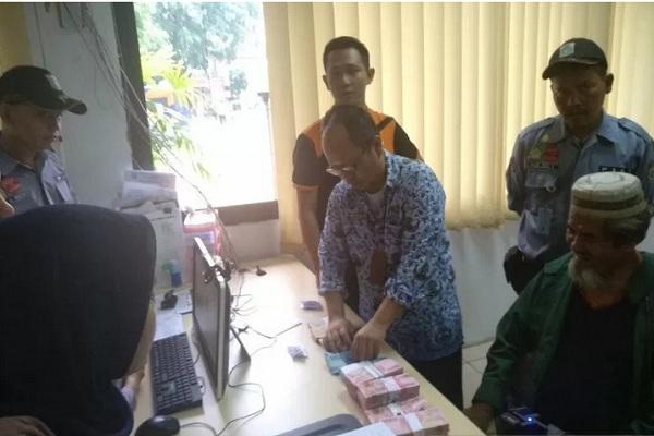 Mukhlis (paling kanan), terjaring razia Suku Dinas Sosial Jakarta Selatan. Kakek berusia 65 tahun ini menyimpan uang hasil mengemis senilai Rp194,5 juta, Jumat (29/11/2019). - Antara