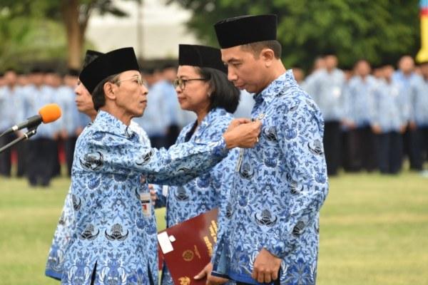 Penjabat Sekretaris Daerah Jawa Tengah Heru Setiadhie memberikan tanda kehormatan Satyalancana Karya Satya (SLKS) menjadi bagian dalam Peringatan Hari Ulang Tahun (HUT) Ke-48 Korps Pegawai Republik Indonesia (Korpri), Jumat (29/11 - 2019).