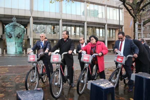 Menteri Perhubungan Budi Karya Sumadi (kedua kiri) saat mencoba penyewaan sepeda di London, Inggris. - Bisnis/Ana Noviani