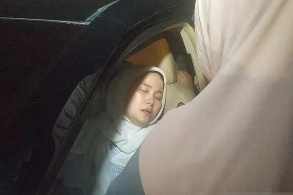 Juraida, istri hakim Jamaluddin pingsan saat tiba di Rumah Sakit (RS) Bhayangkara Medan, Jumat (29/11/2019) malam. - Antara