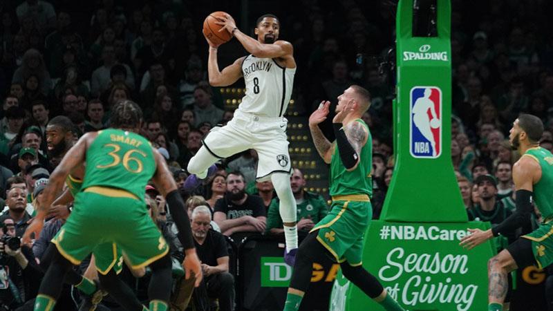 Gyard Brooklyn Nets Spencer Dinwiddie (kedua kiri) beraksi di antara tiga pemain Boston Celtics. - Reuters