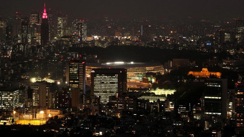 Stadion Nasional Tokyo di tengah gemerlap ibu kota Jepang. Venue ini menjadi pusat kegiatan Olimpiade 2020. - Reuters/Matthew Childs