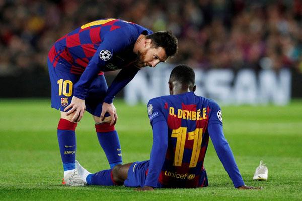 Lionel Messi (kiri) berbicara dengan Ousmane Dembele yang cedera saat Barcelona berhadapan dengan Borussia Dortmund. Dembele akhirnya digantikan Antoine Griezmann. - Reuters/Albert Gea