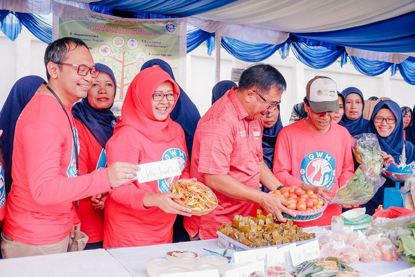 Wali Kota Balikpapan Rizal Effendi (empat kiri), Kepala Perwakilan Bank Indonesia Balikpapan Bimo Epyanto (paling kiri), dan Ketua Tim Penggerak PKK Kota Balikpapan Arita Rizal Effendi (tiga kiri) saat meninjau showcase hasil panen di puncak acara Gerakan Wanita Matilda 2019. - JIBI/Istimewa