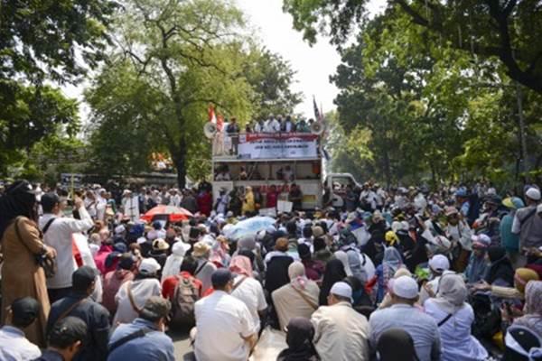 Massa aksi kawal putusan Mahkamah Konstitusi melakukan unjuk rasa di kawasan Jalan Medan Merdeka Barat, Jakarta, Kamis (27/6/2019). - Antara/Nova Wahyudi