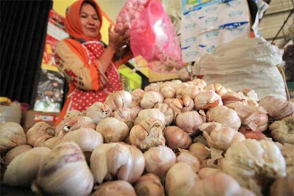 Pedagang menata bawang putih impor di pasar kota, Lhokseumawe, Aceh, Jumat (12/5). - Antara/Rahmad