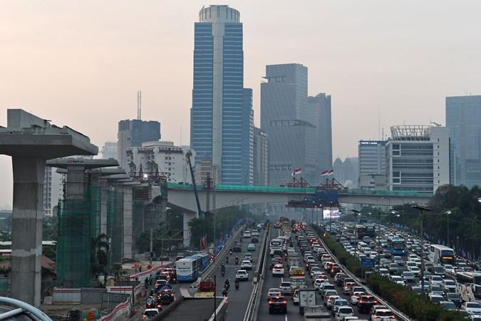 Sejumlah kendaraan bermotor melintas dengan latar belakang pembangunan 'longspan' atau bentangan beton panjang lintasan Light Rail Transit (LRT) di Kuningan, Jakarta, Kamis (7/11/2019). - ANTARA/Aditya Pradana Putra
