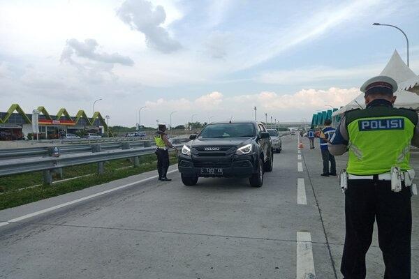Anggota Ditlantas Polda Jateng sedang menindak pengemudi yang melanggar batas kecepatan maksimal dan minimal di Rest Area 538 B ruas jalan Tol Solo-Ngawi, Jumat (29/11/2019). - JIBI/M. Aris Munandar