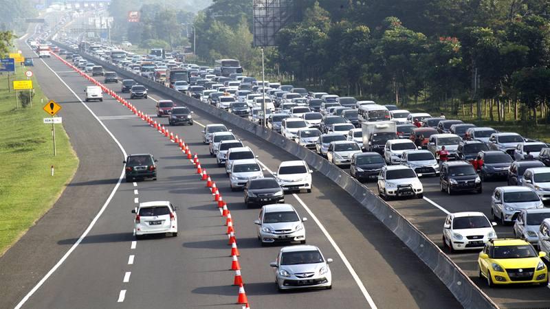 Ilustrasi-Sejumlah kendaraan memadati jalur Puncak di Gadog, Bogor, Jawa Barat, Kamis (6/6//2019). Memasuki libur hari kedua Lebaran, wisatawan mulai memadati jalur Puncak Bogor sehingga Polres Bogor memberlakukan rekayasa lalu lintas sistem buka tutup serta pemberlakuan