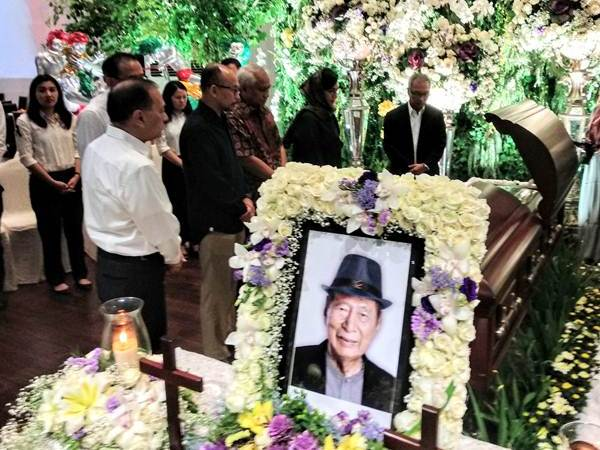 Almarhum Ciputra disemayamkan di Ciputra Artprener sebelum dimakamkan di pemakaman keluarga di Jonggol. Sejumlah pelayat menyampaikan penghormatan terakhir atas wafatnya begawan properti ini. - Bisnis/Pamuji Tri Nastiti