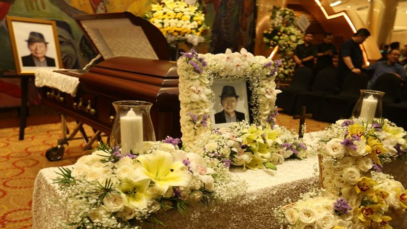Jenazah almarhum Ciputra disemayamkan di Ciputra Artpreneur Jakarta Selatan. Jenazah akan dimakamkan pada 5 Desember 2019 di pemakaman keluarga di kawasan Jonggol JIBI/Bisnis - Nurul Hidayat