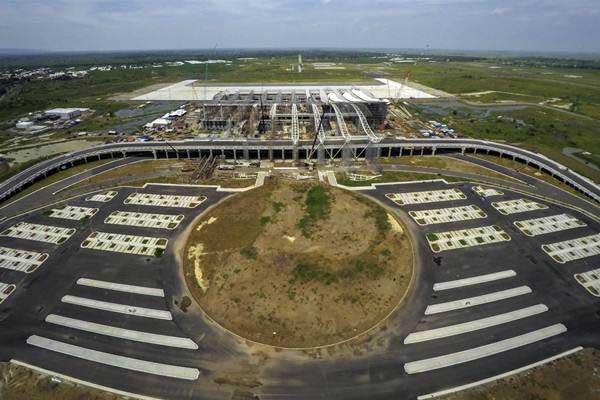 Foto udara saat proyek pembangunan Bandara Internasional Jawa Barat (BIJB) di Kecamatan Kertajati, Kabupaten Majalengka, Jawa Barat, masih berlangsung, Kamis (11/1/2018). - ANTARA/Raisan Al Farisi