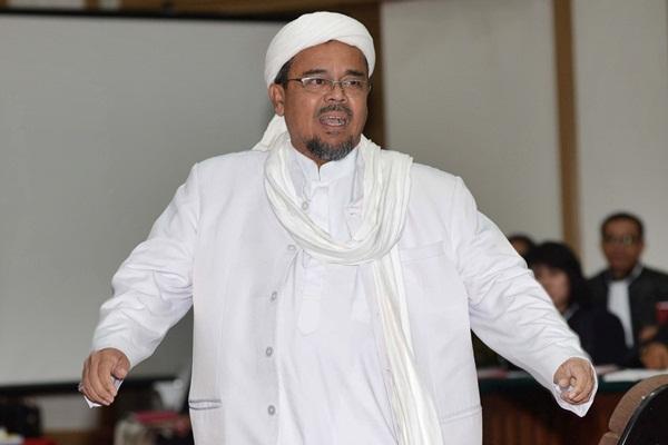Pemimpin Front Pembela Islam (FPI) Rizieq Shihab saat mengikuti sidang ke-12 perkara penodaan agama dengan terdakwa Gubernur DKI Jakarta Basuki Tjahaja Purnama (Ahok), di Gedung Kementerian Pertanian, Jakarta Selatan, Selasa (28/2). - Reuters