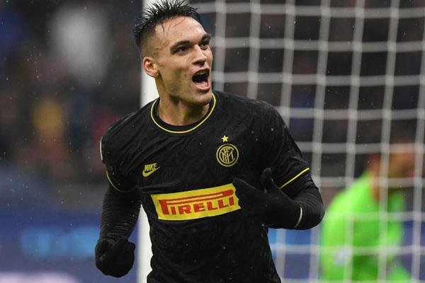 Striker Inter Milan Lautaro Martinez setelah untuk kedua kalinya menjebol gawang SPAL - Reuters/Alberto Lingria