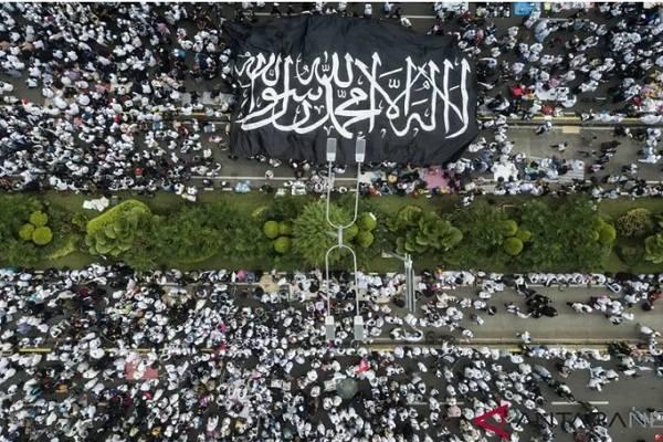 Arsip-Umat muslim mengikuti Reuni 212 di Jalan MH Thamrin, Jakarta, Minggu (2/12/2018)./ -