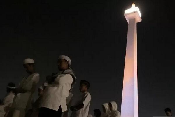 Peserta Reuni 212 salat tahajud di Lapangan Monas di Jakarta Pusat, Senin dini hari (2/12/2019). - Antara