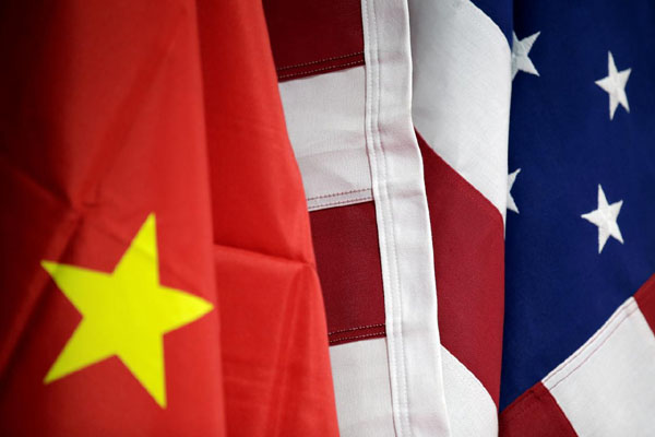 Bendera AS dan China di booth American International Chamber of Commerce (AICC) pada pemeran perdagangan internasional di Beijing, China, 28 Mei 2019. - Reuters/Jason Lee
