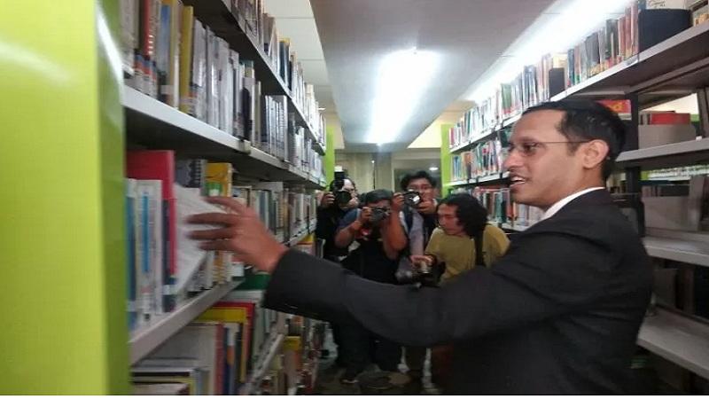 Mendikbud Nadiem Makarim mengambil buku saat berkunjung ke Perpustakaan Kemendikbud, Jakarta, Rabu (23/10/2019). - Antara