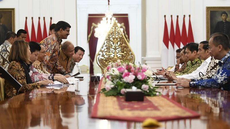 Presiden Joko Widodo (kedua kanan) didampingi Menteri Perindustrian Agus Gumiwang Kartasasmita (kanan), Menko Perekonomian Airlangga Hartarto (ketiga kanan), Menteri Perdagangan Agus Suparmanto (keempat kanan) dan Kepala BKPM Bahlil Lahadalia (kelima kanan) menerima pengurus Asosiasi Pertekstilan Indonesia (API) dan Asosiasi Produsen Serat Sintesis dan Benang Filamen Indonesia (APSyFI) di Istana Merdeka Jakarta, Kamis (21/11/2019). - ANTARA/Wahyu Putro A