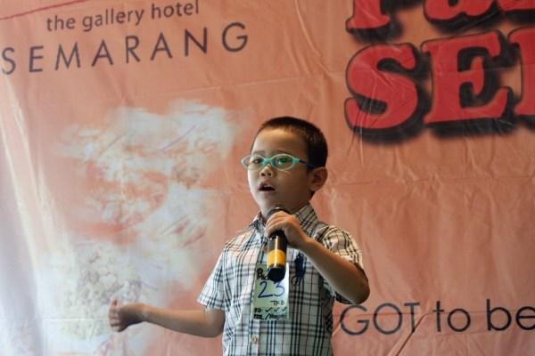 Salah satu peserta kompetisi menyanyi lagu/lagu nasional dalam acara Pasar Senggol di Grand Candi Hotel Semarang.