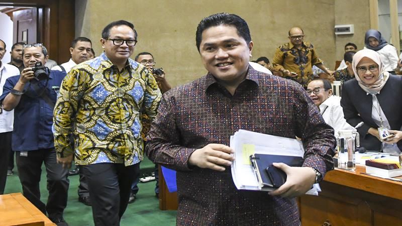 Menteri Badan Usaha Milik Negara (BUMN) Erick Thohir (kanan) bersama Wakil Menteri BUMN Kartika Wirjoatmodjo (kedua kiri) tiba di ruang komisi untuk mengikuti rapat dengan Komisi VI DPR, di kompleks Parlemen, Jakarta, Senin (2/12/2019). - Antara