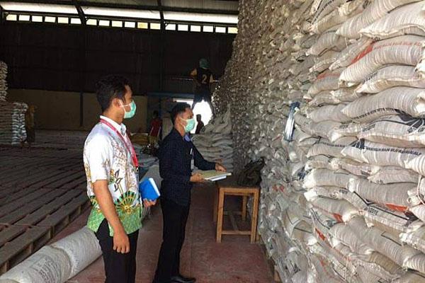 Petugas memeriksa beras di gudang Perum Bulog Divre Provinsi Nusa Tenggara Timur di Kecamatan Alak, Kota Kupang. - Antara/Aloysius Lewokeda