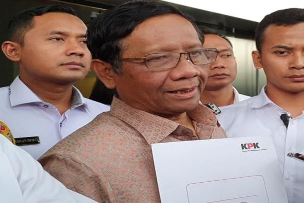 Menkopolhukam Mahfud MD usai menyerahkan laporan harta kekayaan sebagai penyelenggara negara kepada KPK. - Bisnis/Ilham Budhiman