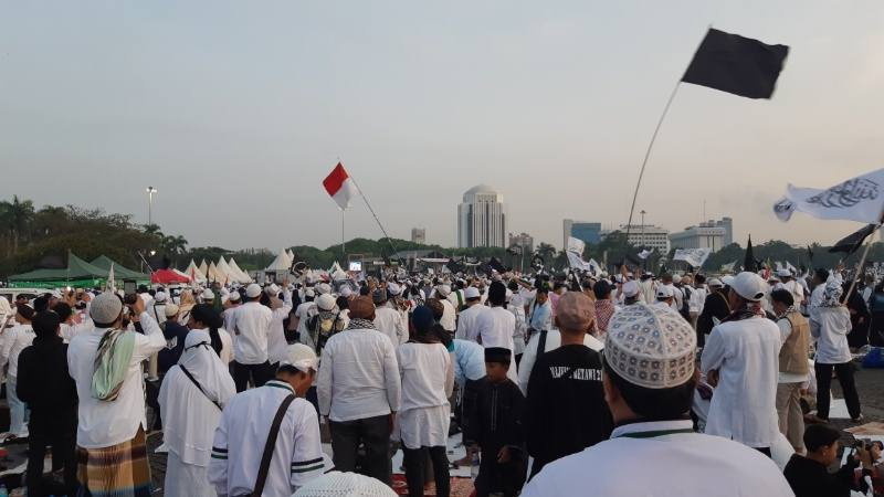Peserta Reuni 212 salat tahajud di Lapangan Monas di Jakarta Pusat, Senin dini hari (2/12/2019). JIBI/Bisnis - Rayful Mudassir