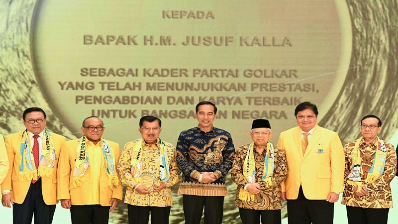 Presiden Joko Widodo (tengah) bersama Wakil Presiden Ma'ruf Amin (ketiga kanan), Wakil Presiden ke-10 dan ke-12 Jusuf Kalla (ketiga kanan), Ketua Dewan Pakar Partai Golkar Agung Laksono (kiri), Ketua Dewan Pembina Partai Golkar Aburizal Bakrie (kedua kiri), Wakil Ketua Dewan Kehormatan Partai Golkar Akbar Tanjung (kanan) dan Ketua Umum DPP Partai Golkar Airlangga Hartarto (kedua kanan) berfoto bersama saat membuka peringatan HUT ke-55 Partai Golkar di Jakarta, Rabu (6/11/2019). - Antara