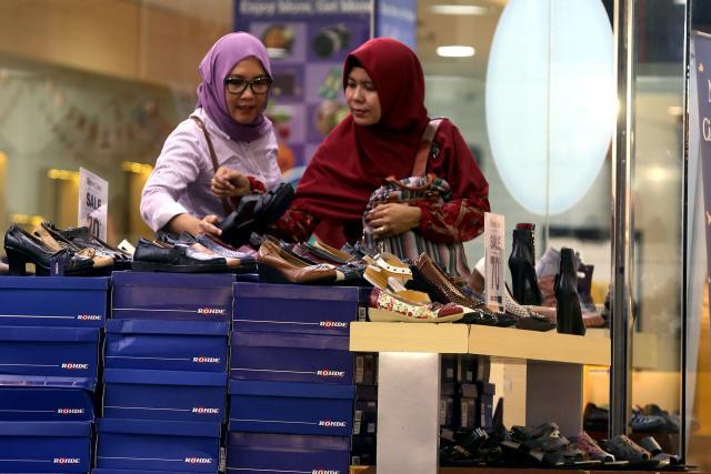 Konsumen memilih produk sepatu di salah satu pusat perbelanjaan di Bandung, Jawa Barat, Rabu (5/12/2018). - Bisnis/Rachman