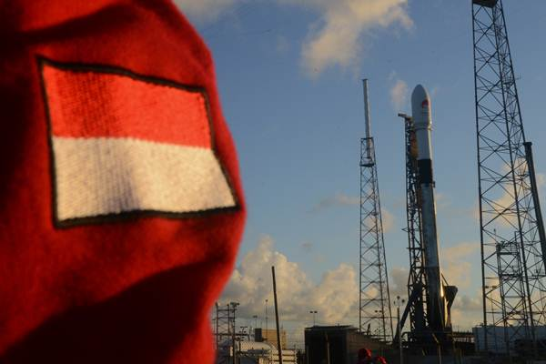 Satelit Merah Putih pada posisinya yang siap diluncurkan di Cape Canaveral, Florida, Amerika Serikat, Senin (6/8/2018). Satelit milik PT. Telkom Tbk., itu diluncurkan pada Selasa (7/8/2018) dini hari waktu setempat. - ANTARA/Saptono