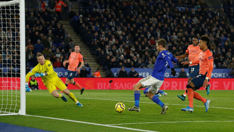 Jamie Vardy (tengah) mencetak gol untuk Leicester City ke gawang Everton. - Reuters/Andrew Yates