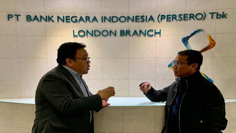Direktur Korporasi BNI Putrama Wahju Setyawan berbincang dengan General Manager BNI Cabang London Ujuan Marihot HP di kantor cabang BNI London, Minggu (1/12/2019). - Bisnis/Hery Trianto