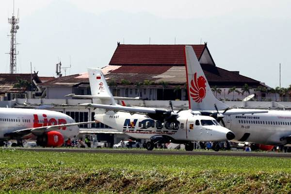 Pesawat N219 mendarat, seusai melakukan uji terbang untuk ke-15 kalinya di Bandara Husein Sastranegara, Bandung, Jawa Barat, Jumat (2/2). - JIBI/Rachman