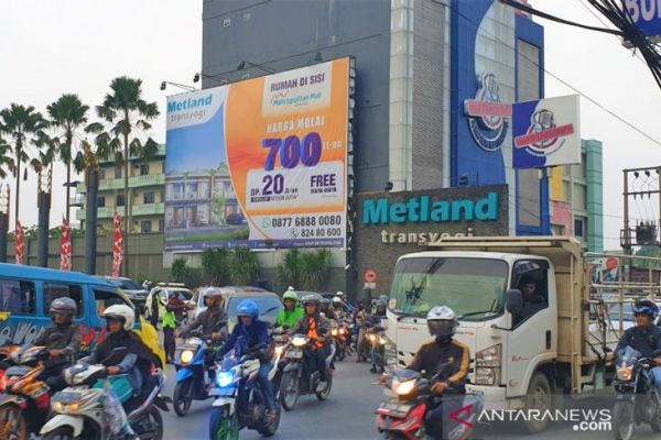Kondisi lalu lintas di pertigaan Metland Transyogi. - Antara