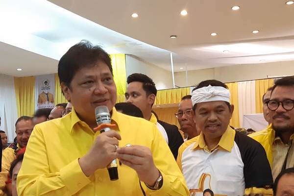 Airlangga Hartarto di kantor DPP Golkar Jakarta - Bisnis/Jaffry Prabu Prakoso