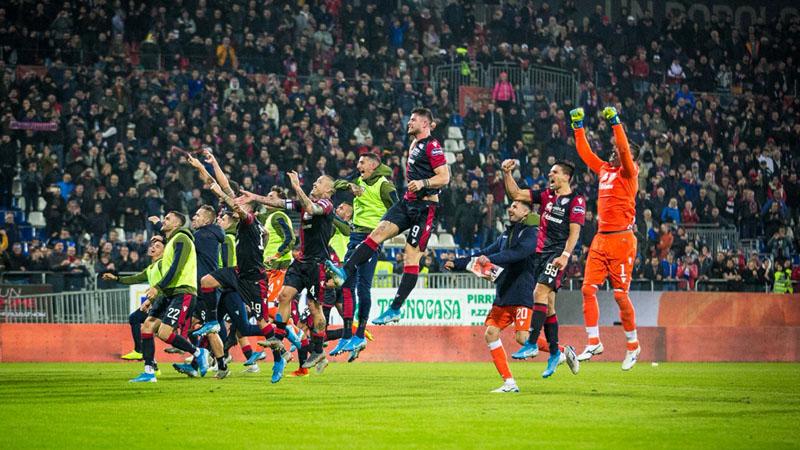 Para pemain Cagliari merayakan kemenangan atas Sampdoria. - Twitter@CagliariCalcio