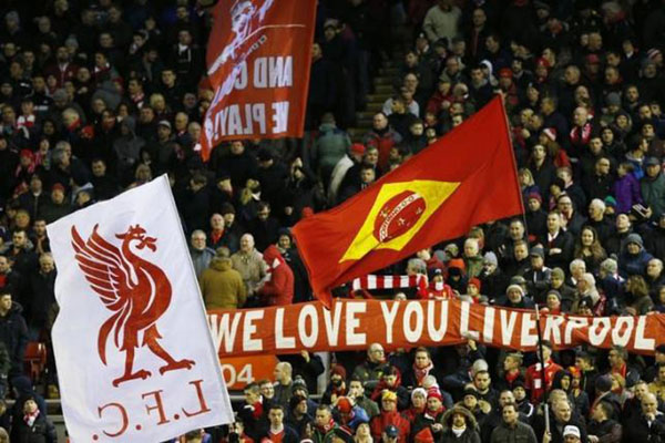 Suporter Liverpool, pemimpin klasemen sementara Liga Primer Inggris tanpa tersentuh kekalahan. - Reuters