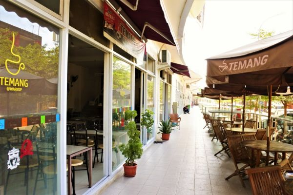 Salah satu area komersial VidaView Apartments di Makassar. - Bisnis