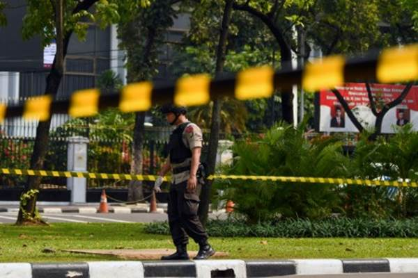Anggota Gegana Brimob Polri melakukan pemeriksaan di sekitar TKP ledakan di Jalan Medan Merdeka Utara, kawasan Monas, Jakarta, Selasa (3/12/2019). - ANTARA/Nova Wahyudi