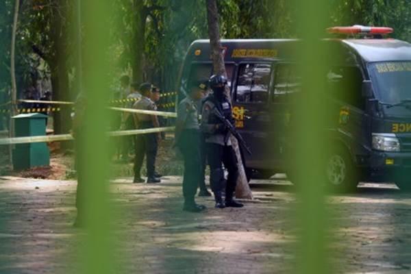 Anggota Polri bersenjata laras panjang berjaga saat pemeriksaan TKP ledakan di kawasan Monas, Jakarta, Selasa (3/12/2019). - ANTARA/Nova Wahyudi