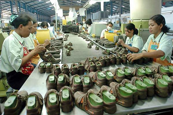 Pekerja menyelesaikan produksi sepatu untuk ekspor. - Bisnis.com